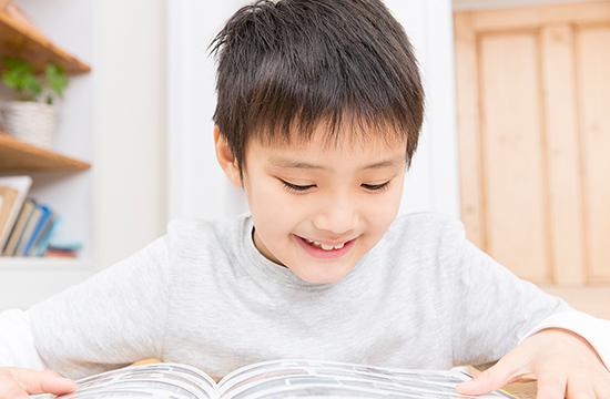 クイズをノートに書いて渡すと夢中で読みます